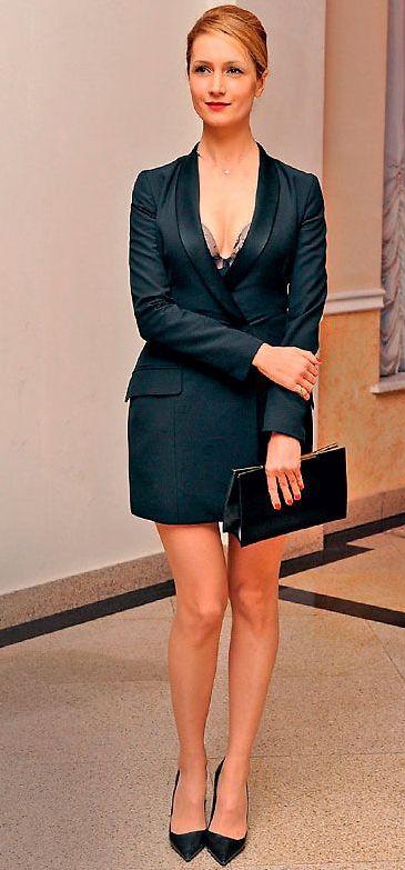 Виктория Исакова в коротком платье