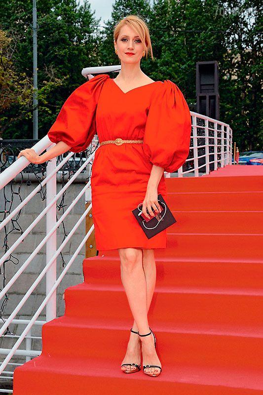 Виктория Исакова в красном платье
